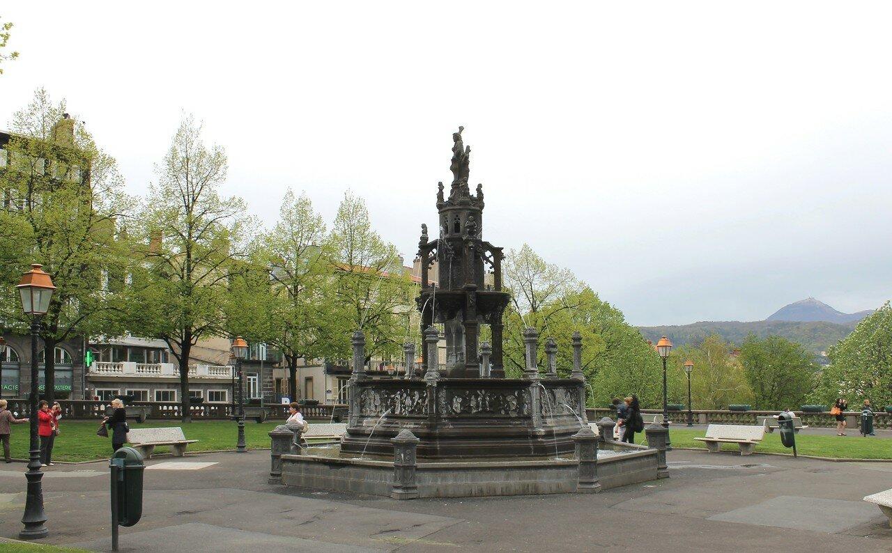 Клермон-Ферран. Площадь Потерн (Place de la Poterne). Фонтан Амбуаз (Fontaine d'Amboise)