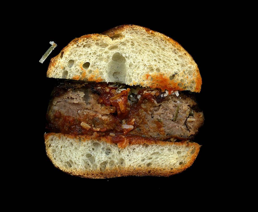 22. Фрикадельки, соус из красного перца, пармезан, итальянская булочка.