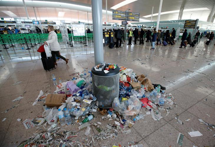 1. Это бастуют уборщики, работающие в аэропорту Барселоны. А впереди — новые акции протеста.