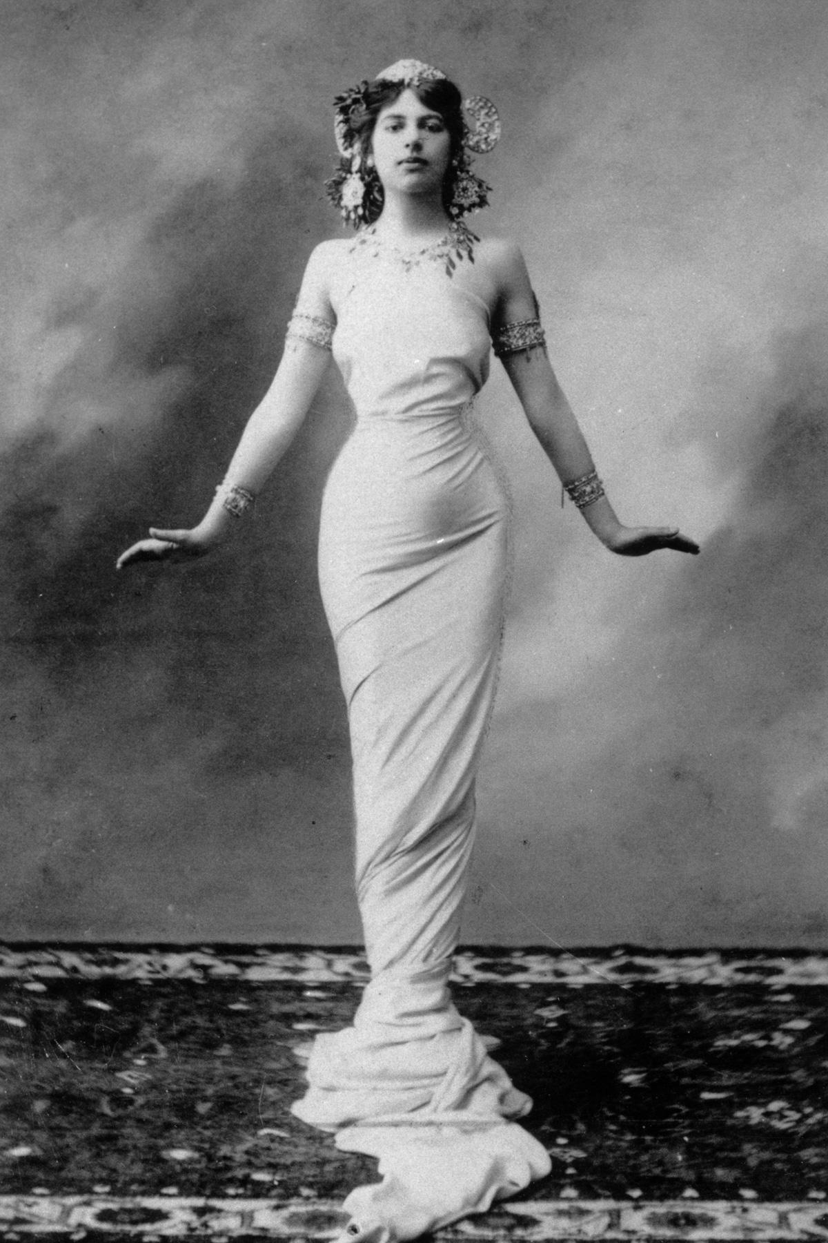 Тем временем в Париже Мата Хари влюбилась в молодого русского капитана, который частично ослеп, нахо