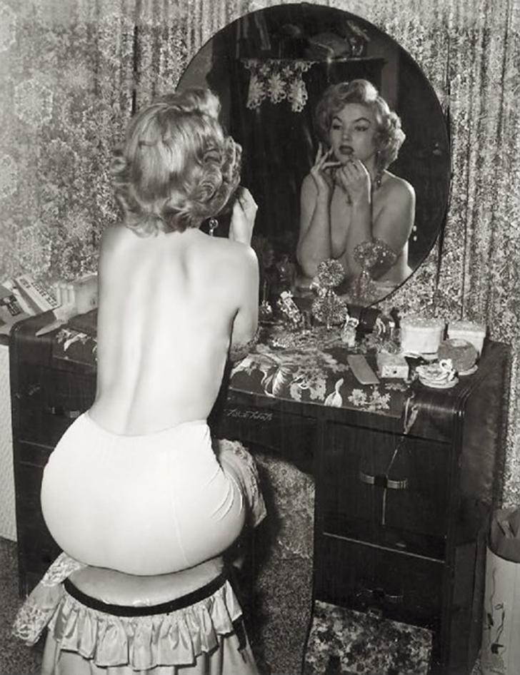 Эта фотография появилась относительно недавно, и люди утверждают, что это Мэрилин Монро наносит маки