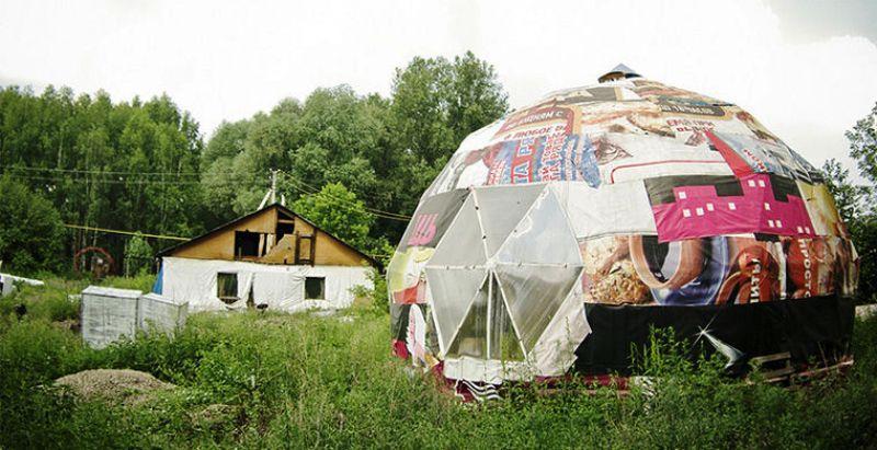 1. Дом-купол в Новосибирске Чтобы спастись от студеных морозов и ветра, жители Сибири вынуждены стро