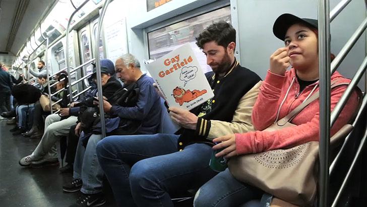 Антиобложки для книг, от которых у пассажиров метро отвисли челюсти (13 фото)