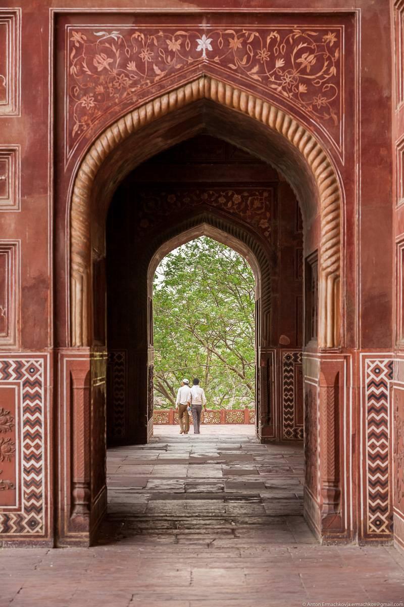 По легенде, Шах-Джахан планировал построить ещё один мавзолей, уже из чёрного мрамора, как раз напро