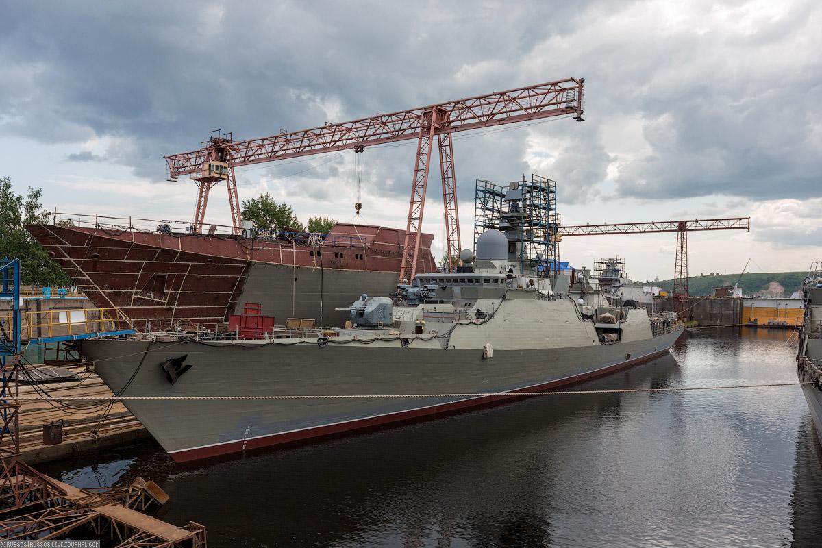 Сейчас ведется достройка двух фрегатов «Гепард» в противолодночной версии. На заднем плане стоит кор