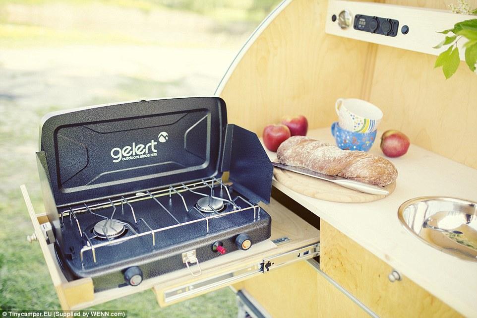 Газовая плита с двумя конфорками позволит наслаждаться разнообразными блюдами на природе.