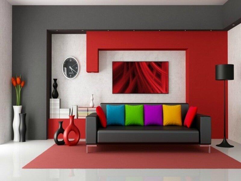 яркая гостиная с красной стеной и ковром