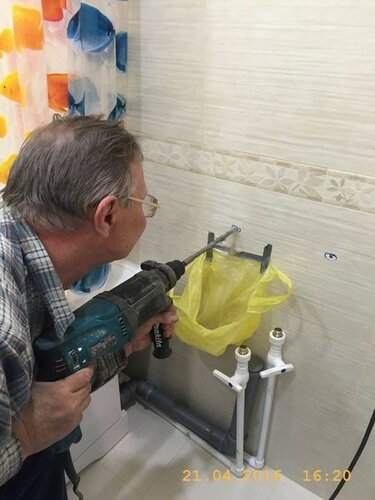 Сверлим в стене отверстия для крепежа чаши