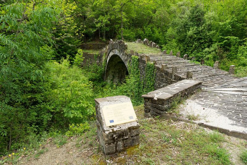 Старинный каменный мост Lakotsoli в горах Северный Пинд, Загория, Греция