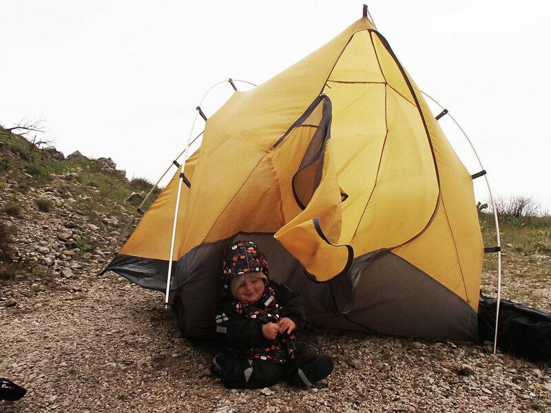 Ребенок (1 год) у палатки в дождь и ветер в костюме Reima