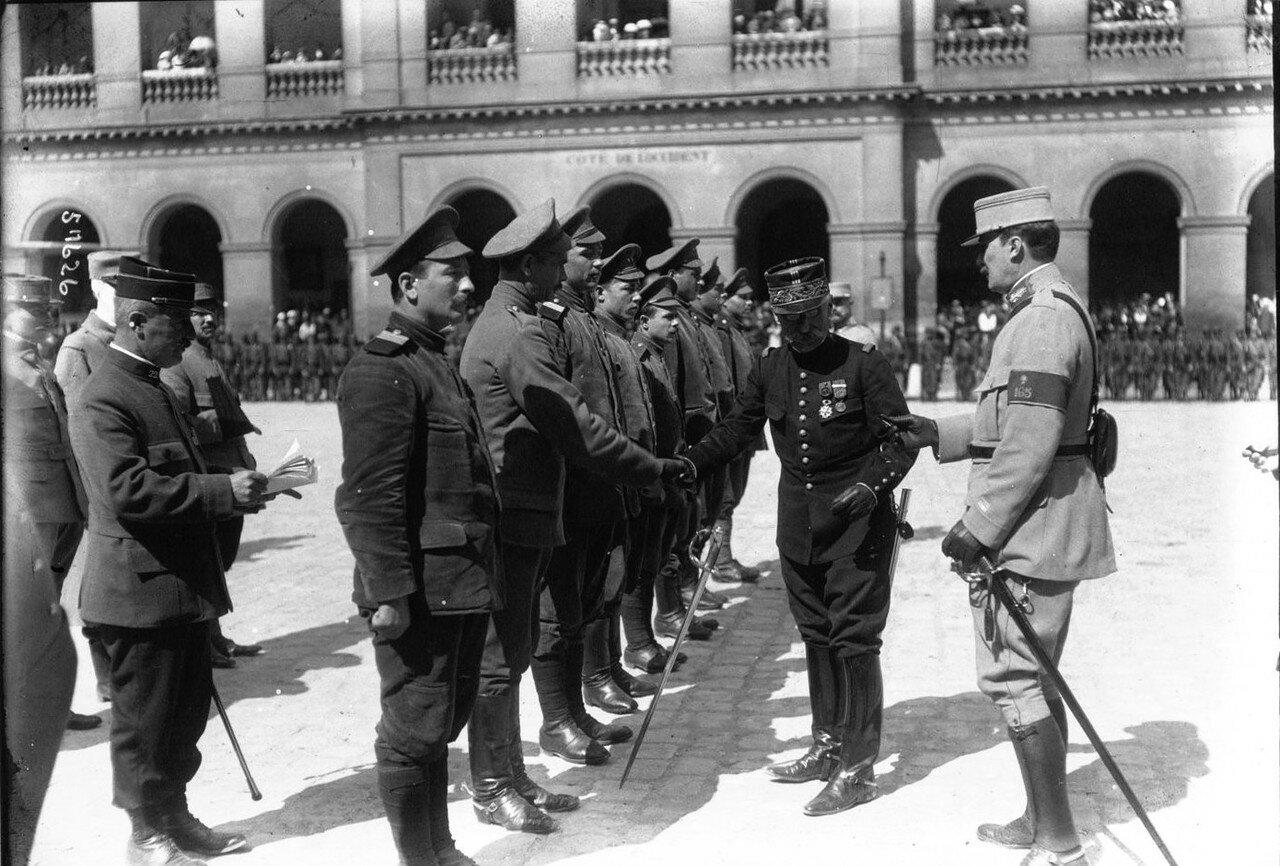 1915. Генерал Кузен награждает бежавших из германского плена российских военнослужащих