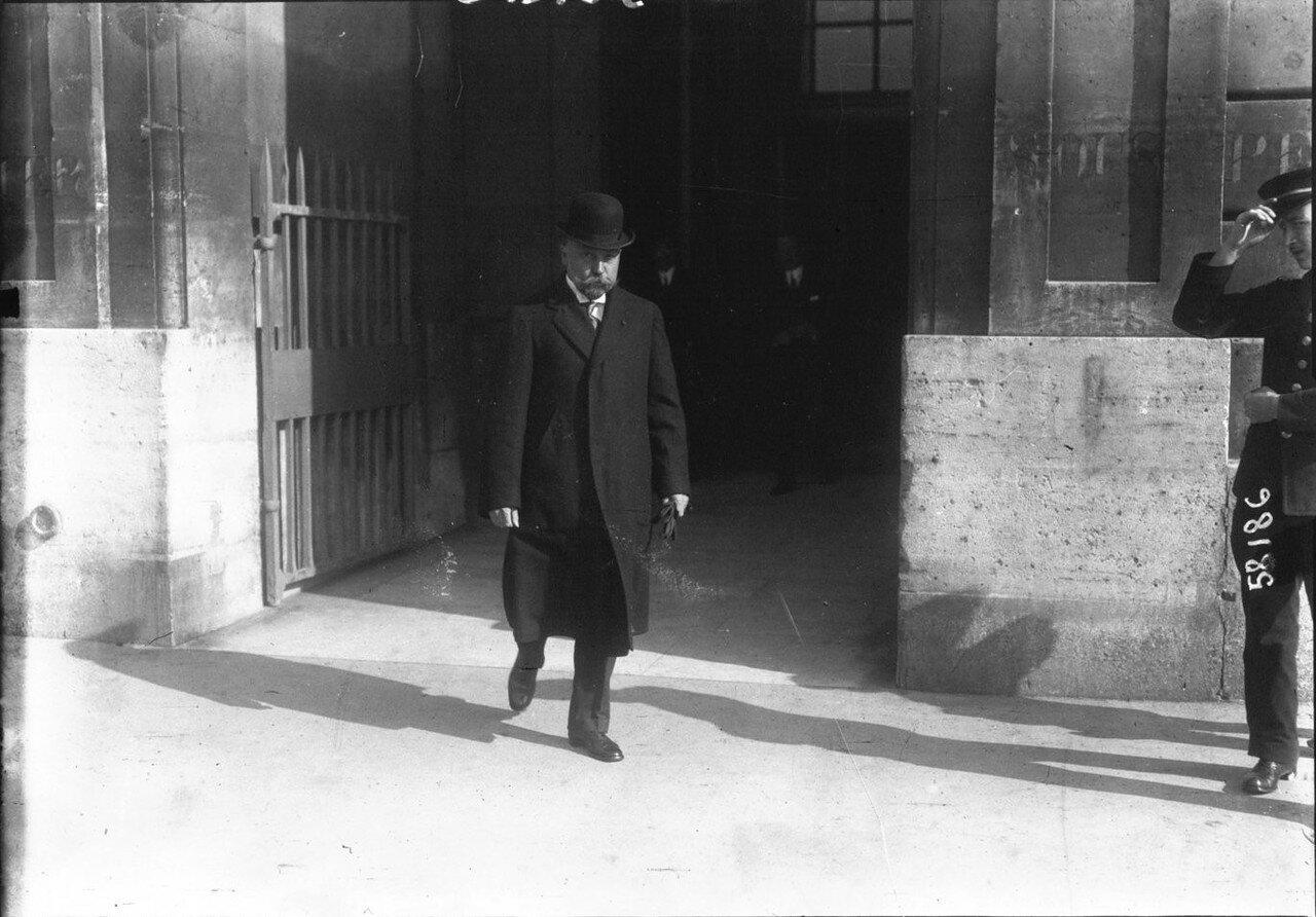 1915. Петр Львович Барк, министр финансов России, возле «Отеля Крийон». Париж