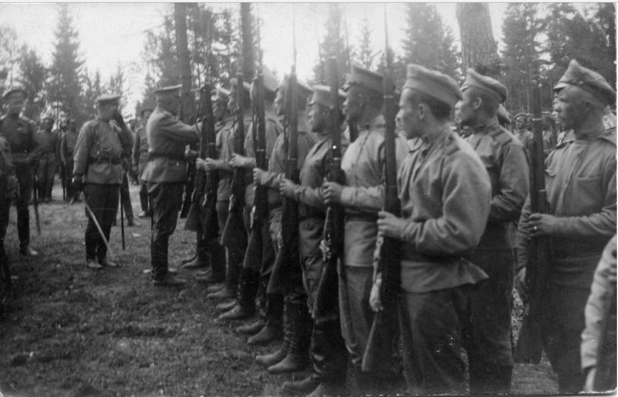 Командир полка награждает отличившихся в боях