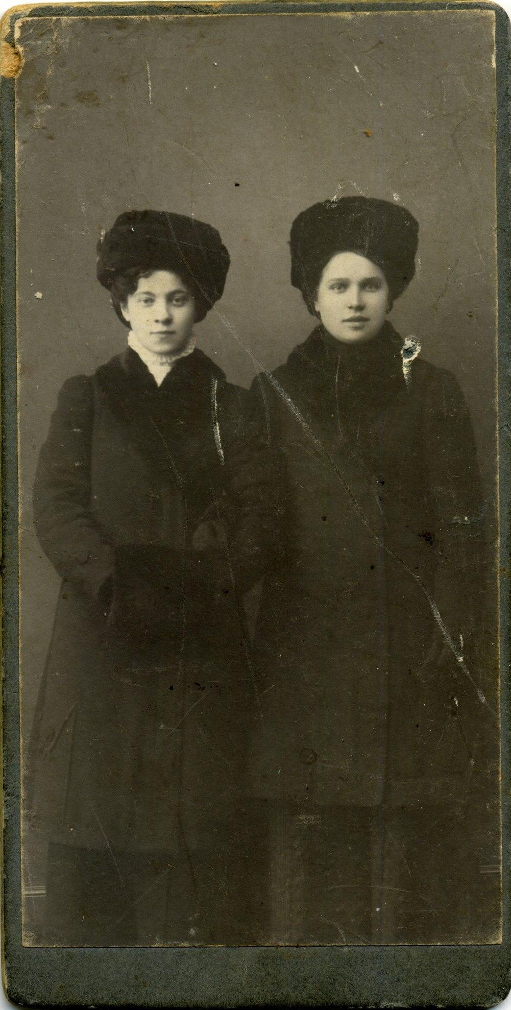Софья Гречко справа, 1910-е г.