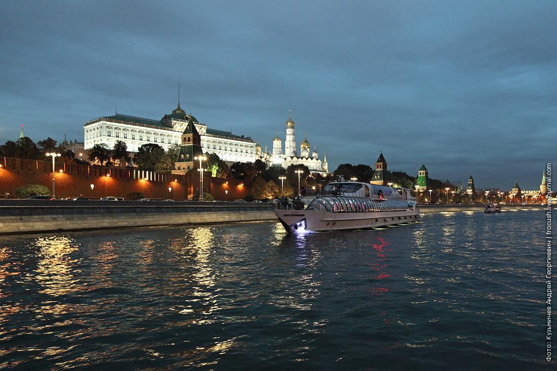 яхта Баттерфляй вечерняя фотография