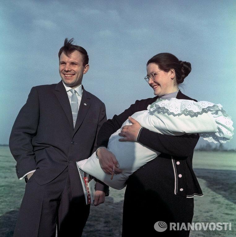 Юрий Гагарин с супругой и дочкой.jpg