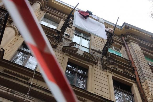 В центре Одессы обвалился балкон, пострадала женщина. ФОТО