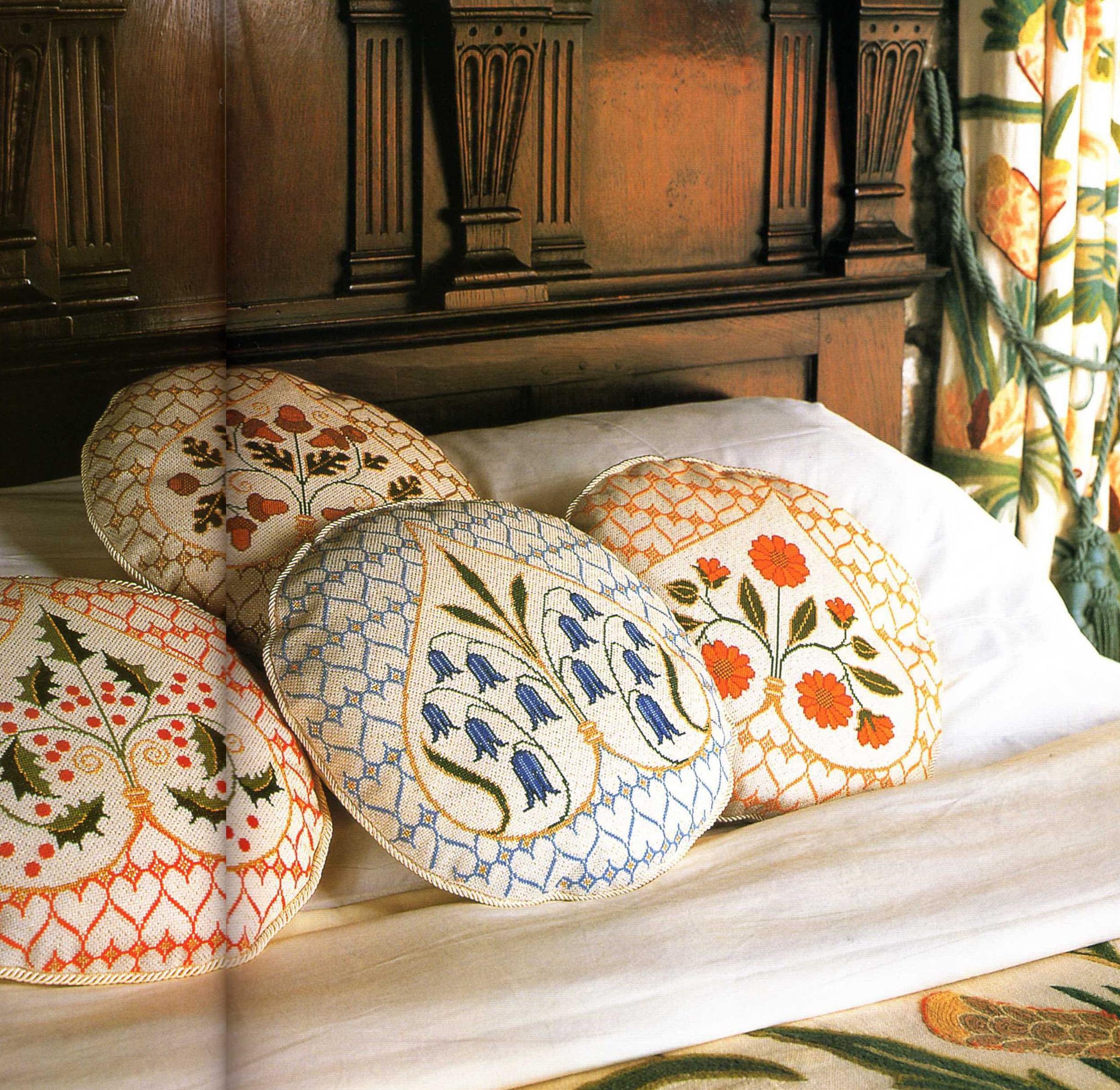 Оригинальная вышивка подушек