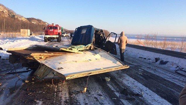 ДТП наСахалине: скорая помощь врезалась втемноте в грузовой автомобиль  изагорелась