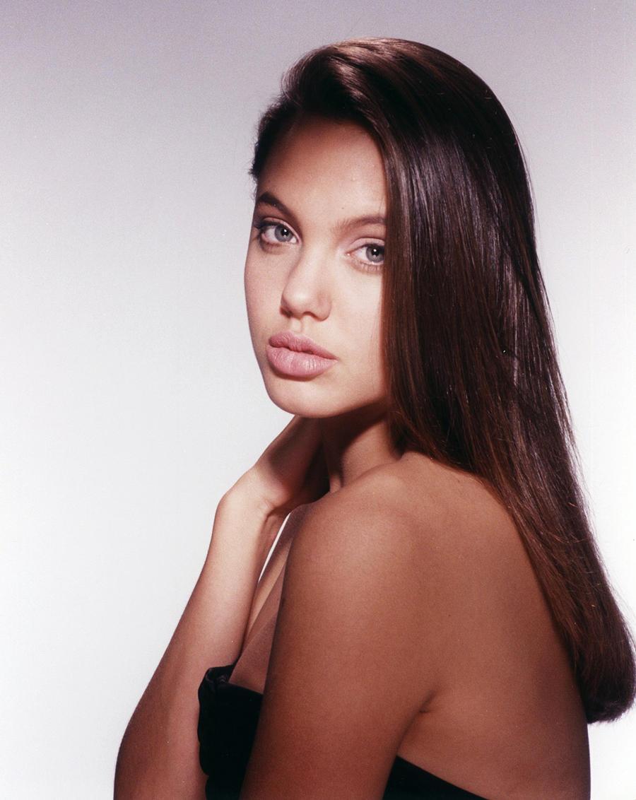 1.Анджелина Джоли Свою карьеру в модельном бизнесе Анджелина Джоли начала еще до окончания средней