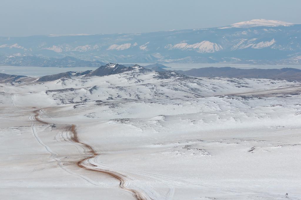 Вид на заснеженные степные просторы Ольхона. В период ледостава (в среднем, в период с 9 января по 4