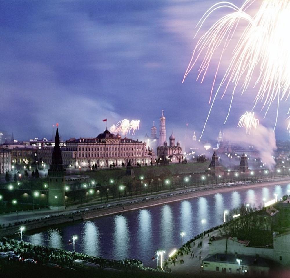 Москва местами еще совсем деревня, но на фоне шпиля МГУ мы видим строительство дома знаменитой серии