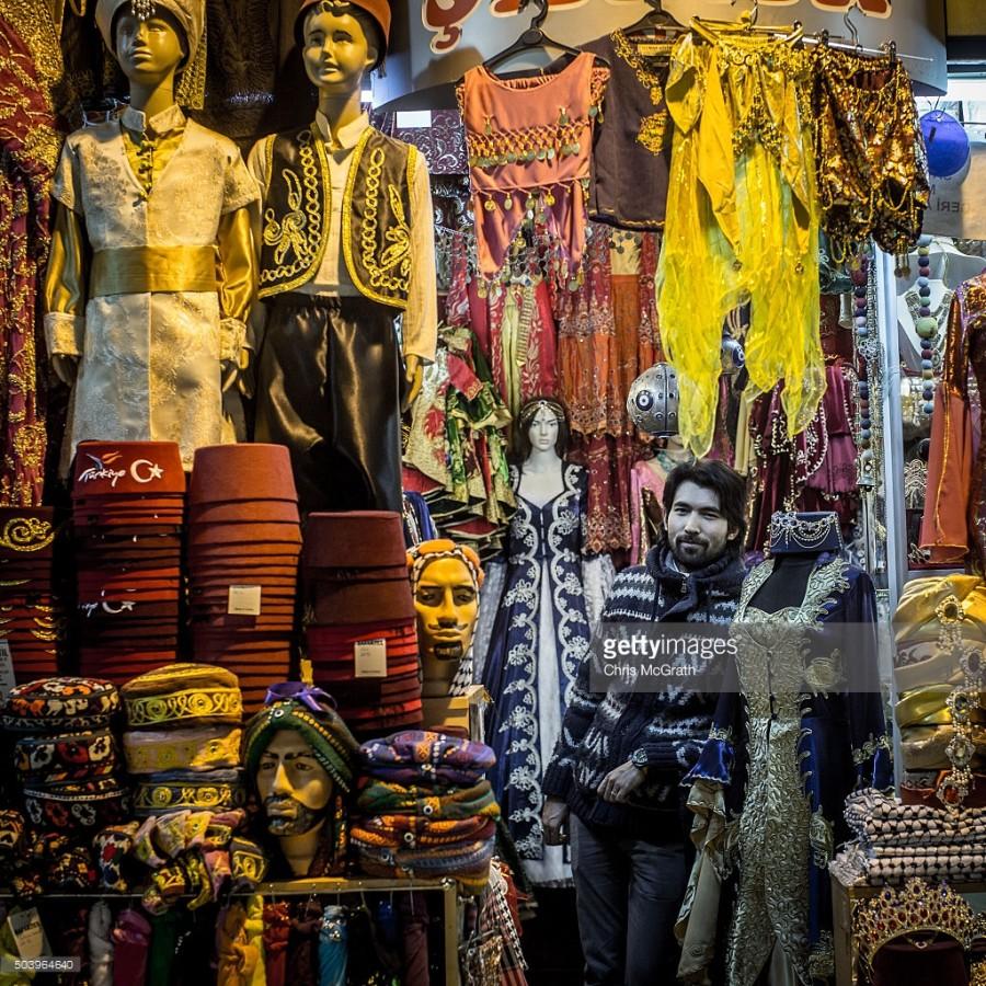 5. В магазине Экрема Туркмена продают традиционную османскую одежду. Каждый день здесь проходят мимо