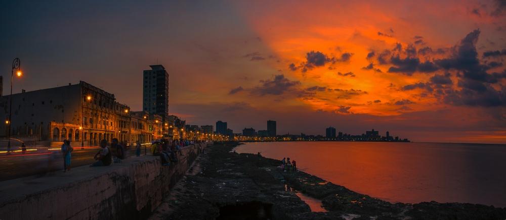 Гаванская набережная Малекон— самое популярное место вгороде для вечерних прогулок.