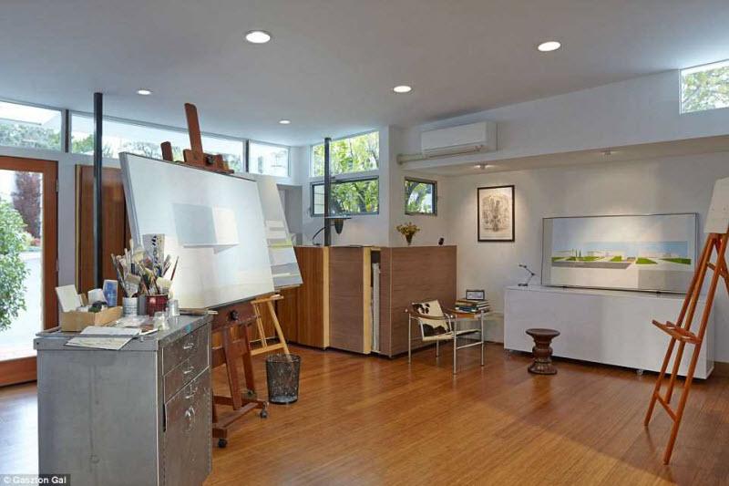 После добавления пристройки дом имеет U-образную форму. В нём по-домашнему тепло с его вишневыми дер