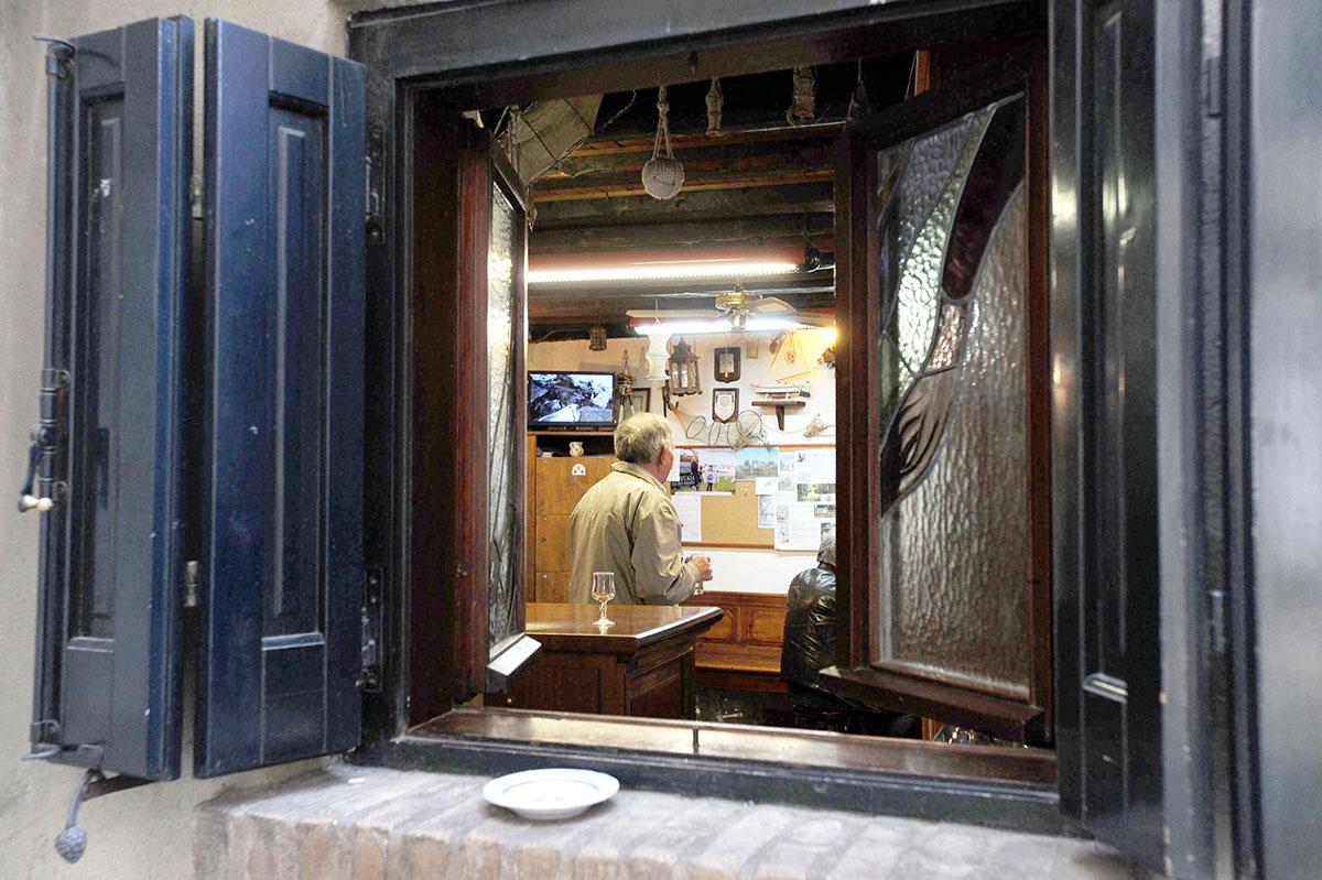 9. В Градо также жива старая традиция — если над дверью или окном горит фонарь, то заведение открыто