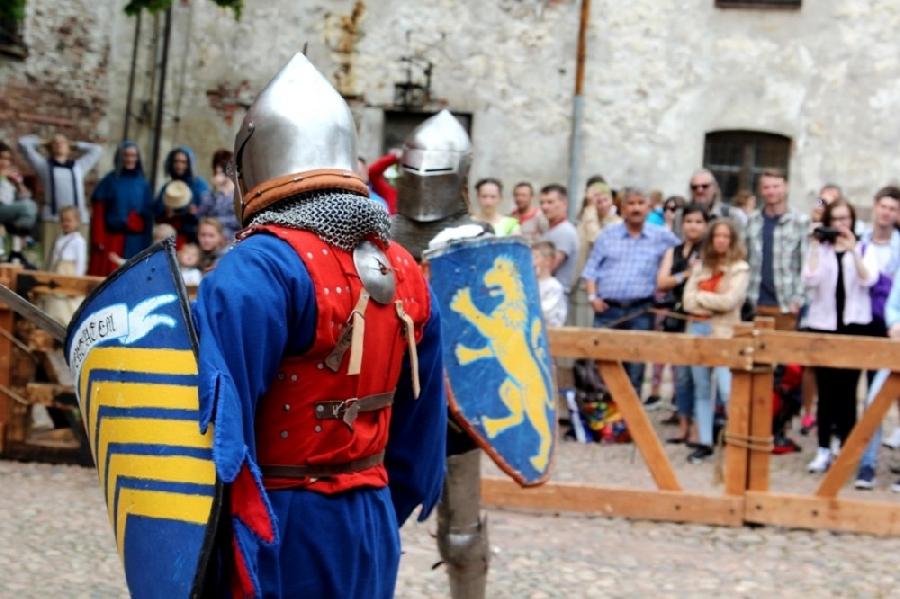 2. Зрителей ждали сражения воинов, закованных в средневековые доспехи, пеший рыцарский турнир, лучны