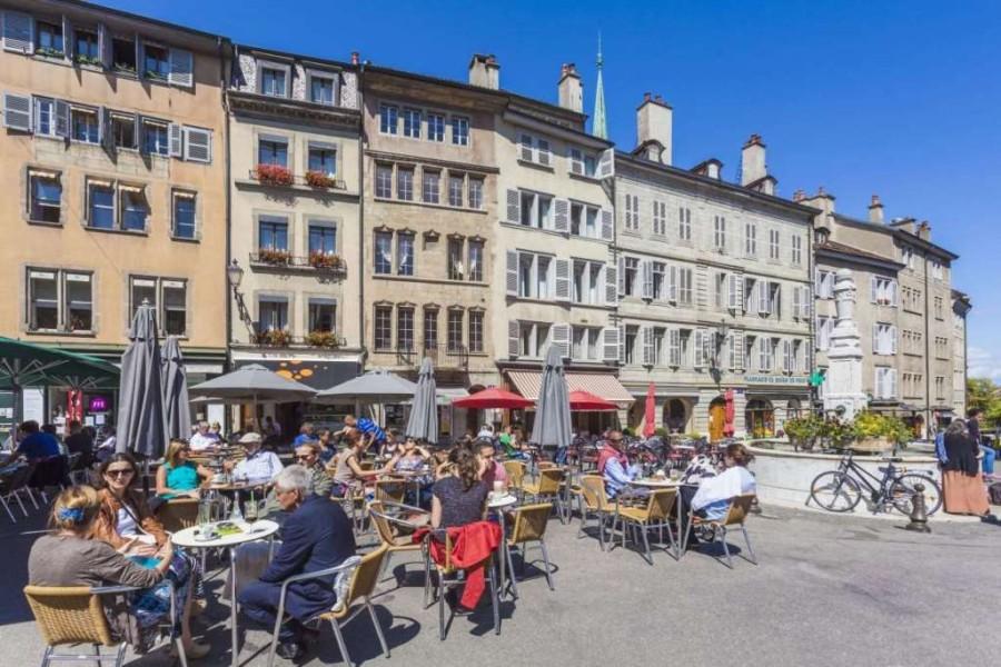 25. Самая дорогая еда в отелях Женевы, в Швейцарии. Гамбургер с картофелем фри и газированным напитк