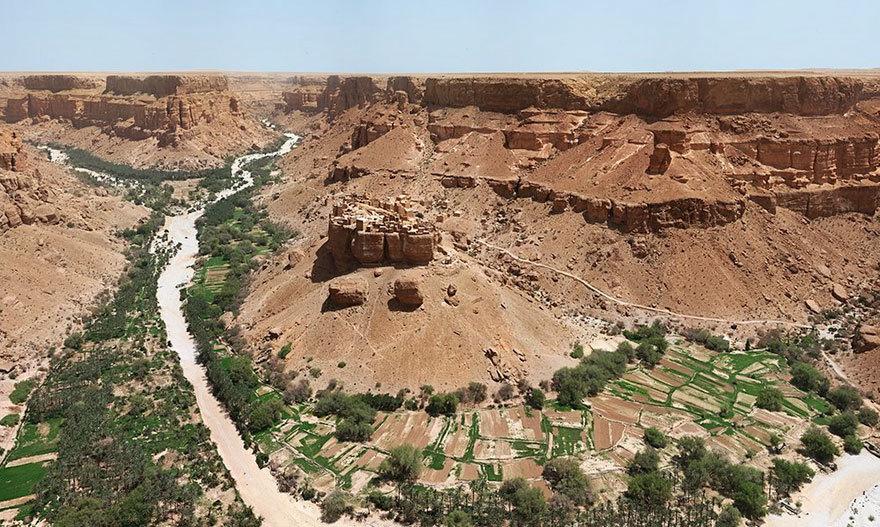Здешние пейзажи — это, как правило, обширные пустыни, поэтому жилищное строительство требует определ