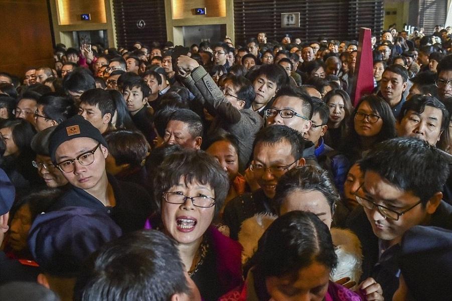 Поразительная ежедневная толкотня в Китае. И километровые очереди