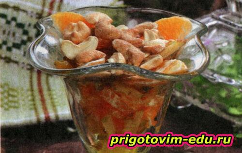 Салат-коктейль фруктовый с орешками