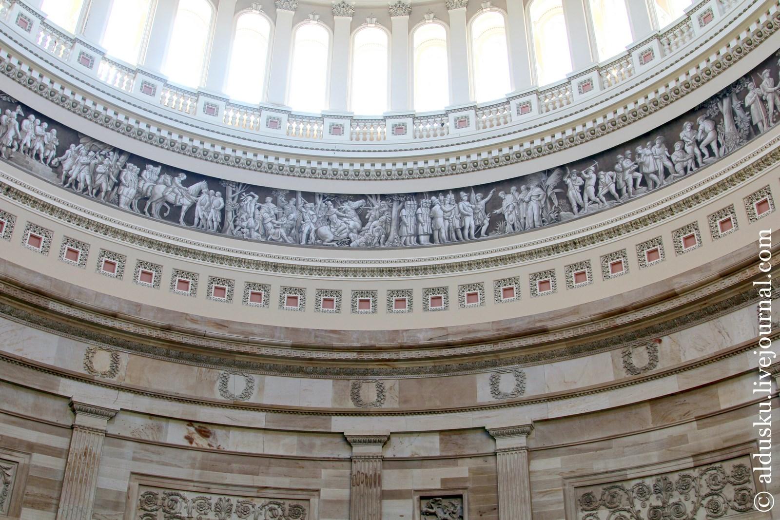 Посередине — Бордюр американской Истории (фреска из 19 сцен из американской истории). Работа Константино Брумиди и Филиппо Костагджини