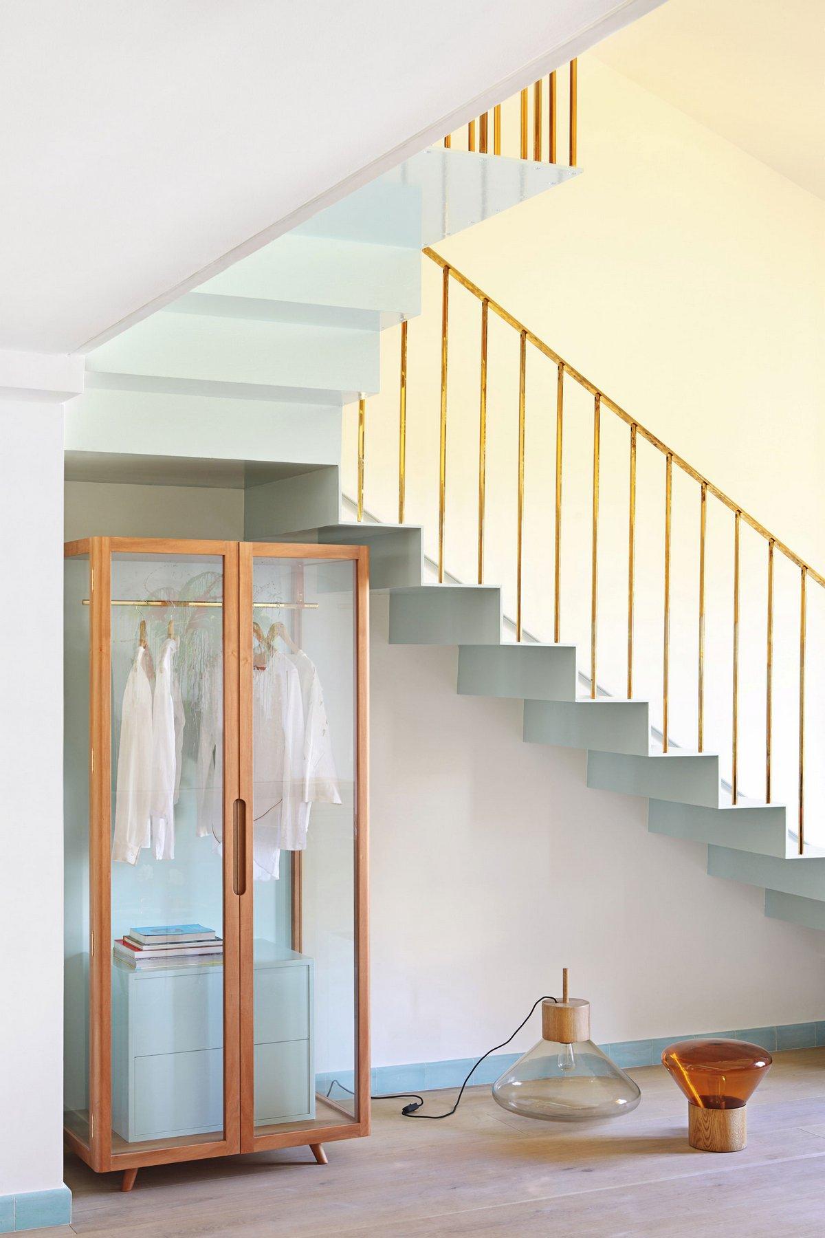 Современная лестница с перилами