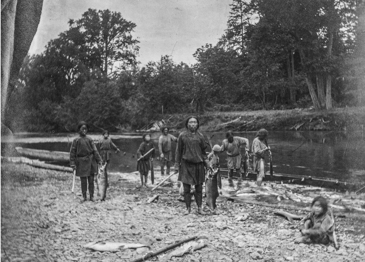 Нивхи во время рыбной ловли