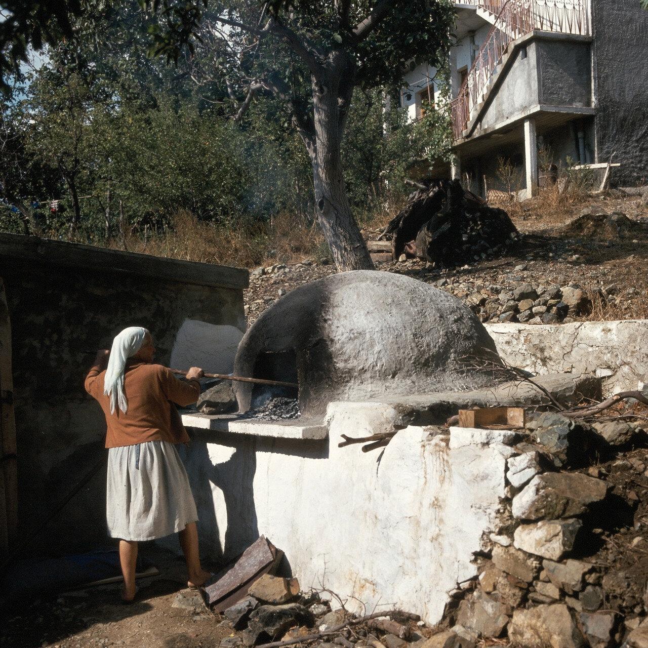1972. Самофракия. Выпечка хлеба в деревне Профитис Илиас. Извлечение золы