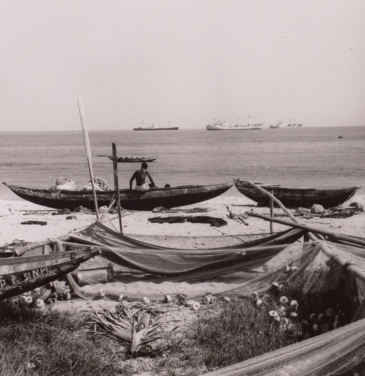 Сасандра. Рыбаки с лодками и сетями на берегу