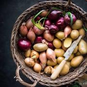 Корзина с луком и картофелем