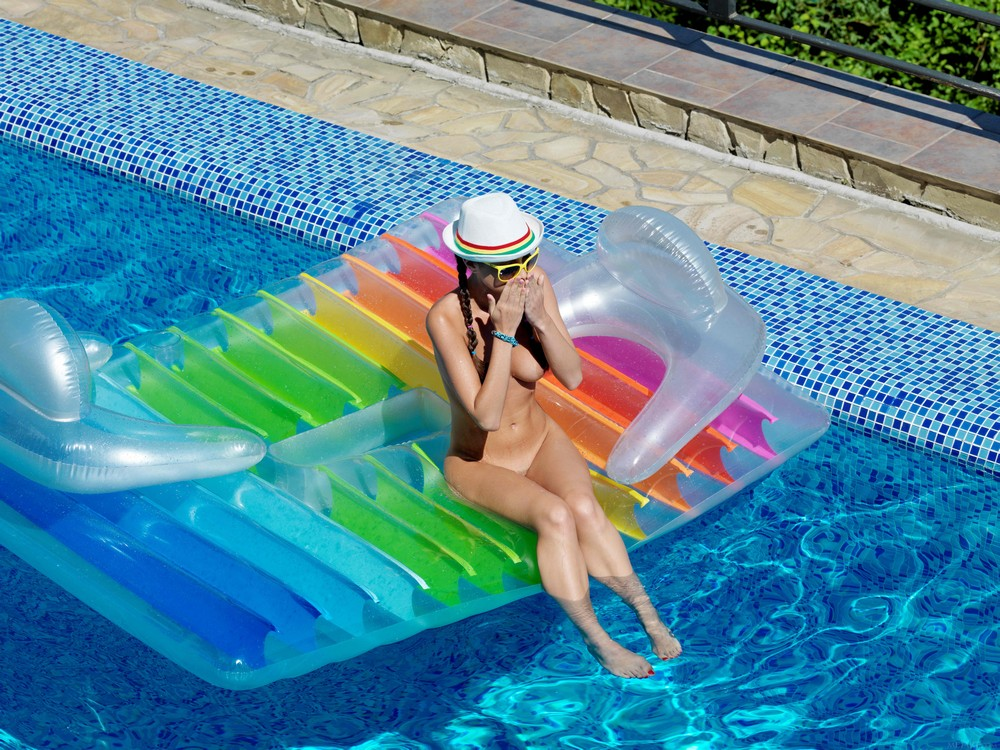 Обнаженная Elle-D в бассейне