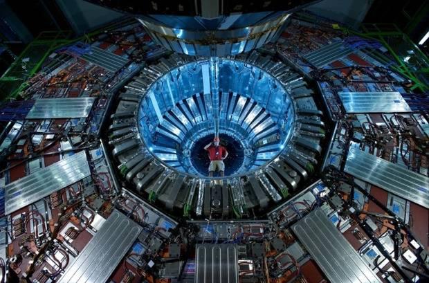 """Большой андронный коллайдер не оправдал надежд: Физикам пришлось """"выставиться"""" коллегам за проигранное пари (видео)"""