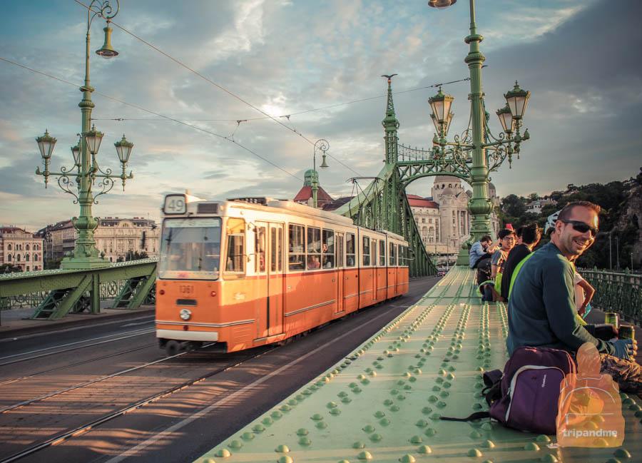 На мосту часто сидят жители города и туристы