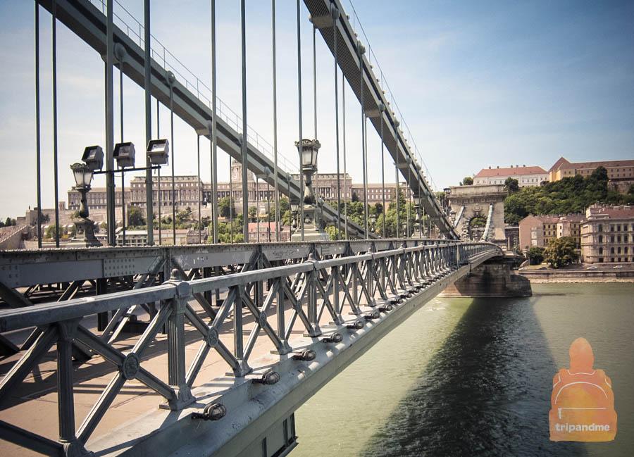 Мост ведет к площади Адама Кларка