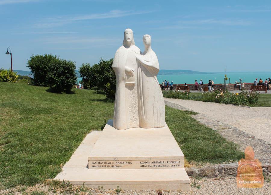 Памятник в Тихани