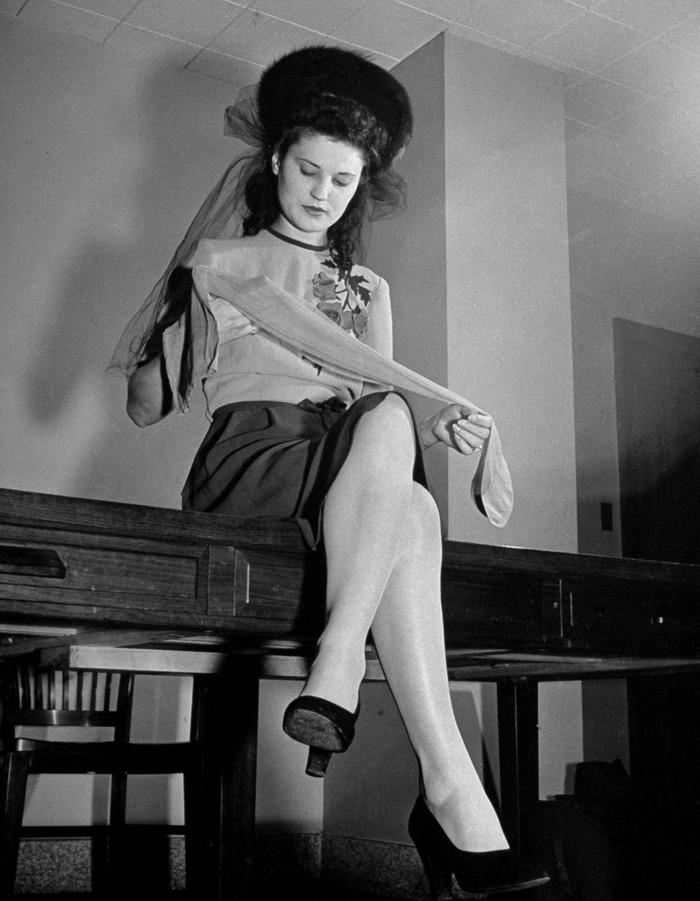 1. Женщина рассматривает капроновые колготки. 1942 год. (Thomas D. McAvoy—The LIFE Picture Collectio