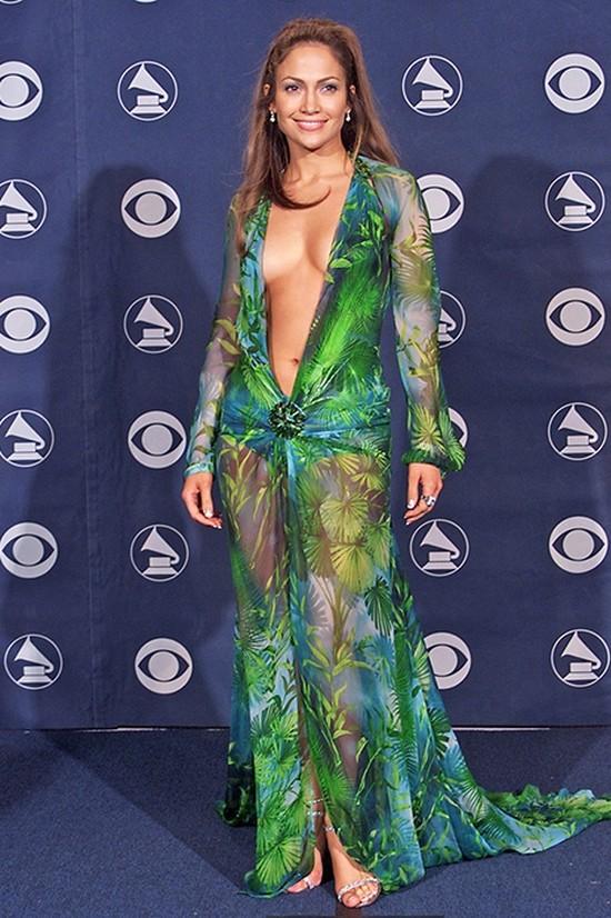 13. Дженнифер Лопес на «Грэмми», 2000 год Самым обсуждаемым платьем красной дорожки 2000-х стал наря