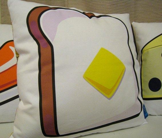 1. Подушка с изображением тоста с маслом