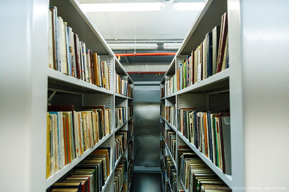 По территории всей библиотеки проложены рельсы, по которым передвигаются тележки телелифта: